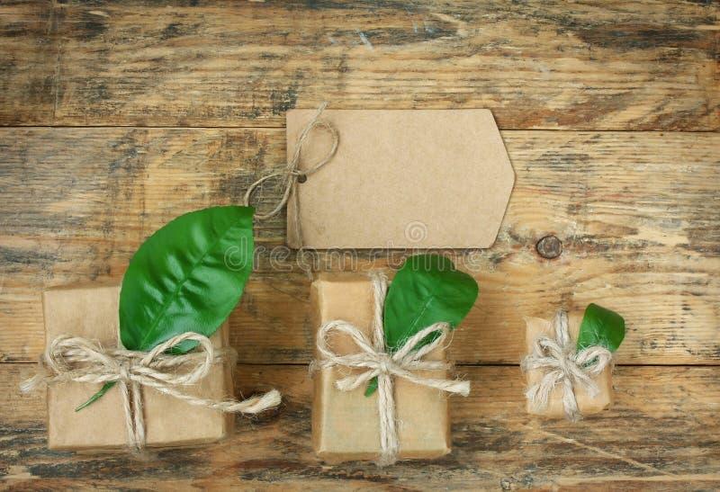 Drei Geschenkboxen mit Tag des leeren Papiers stockbild