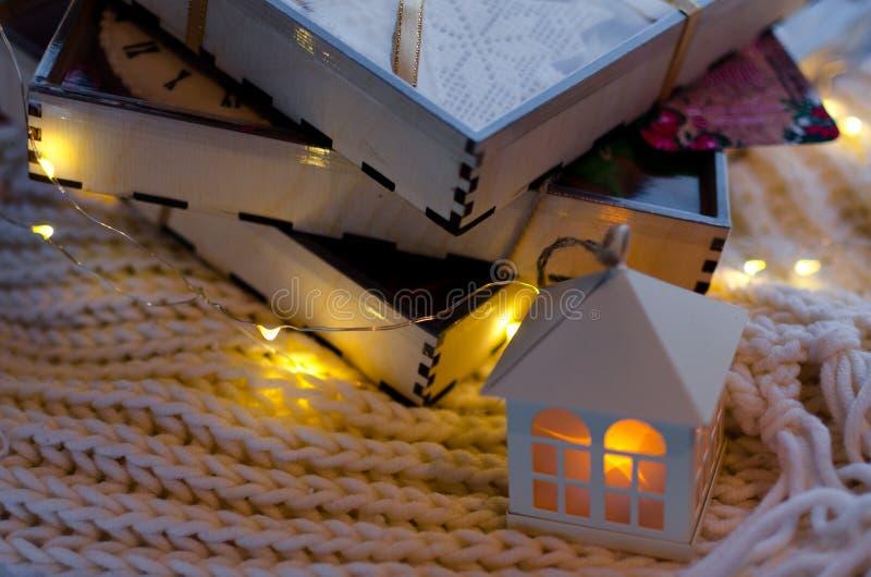 Drei Geschenkholzkisten mit Lebkuchen stockbild