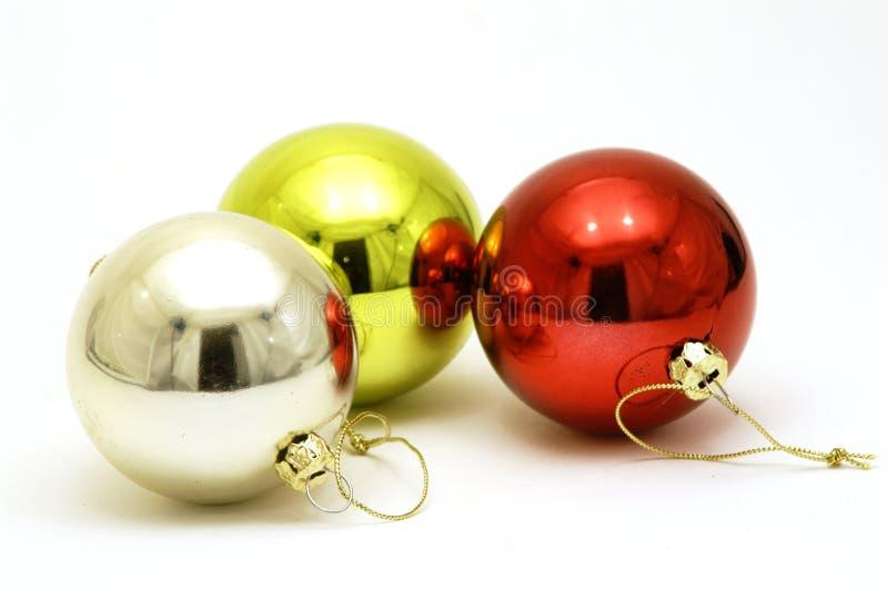 Drei glänzende Weihnachtsdekorationen stockbilder