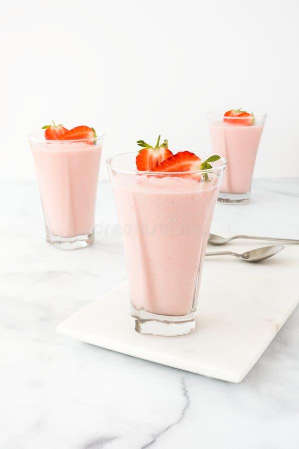 Drei Gläser füllten mit Erdbeerkremeis auf Marmorbrett lizenzfreie stockbilder