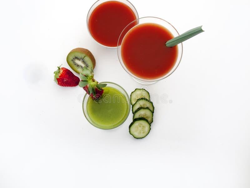 Drei Gläser Glas mit Tomaten- und Kiwisaft stockfotos