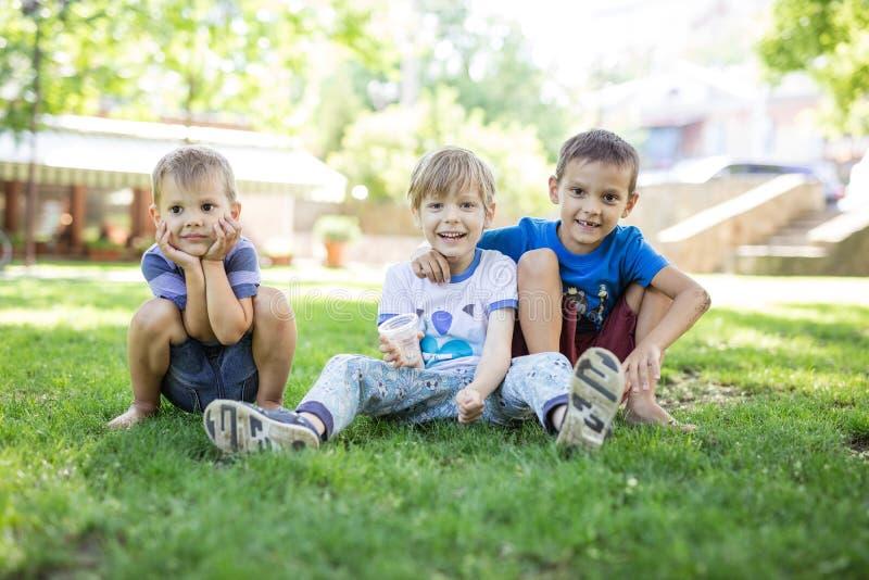 Drei glückliche Jungen im Sommerpark stockfotografie
