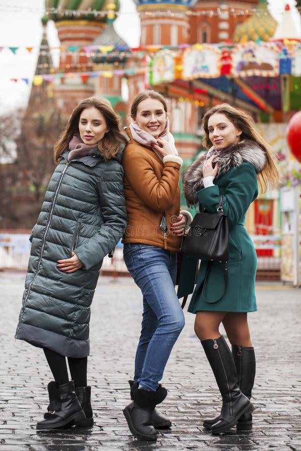 Drei glückliche schöne Freundinnen stockfotografie