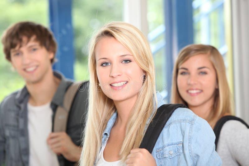 Drei glückliche Studenten stockfoto