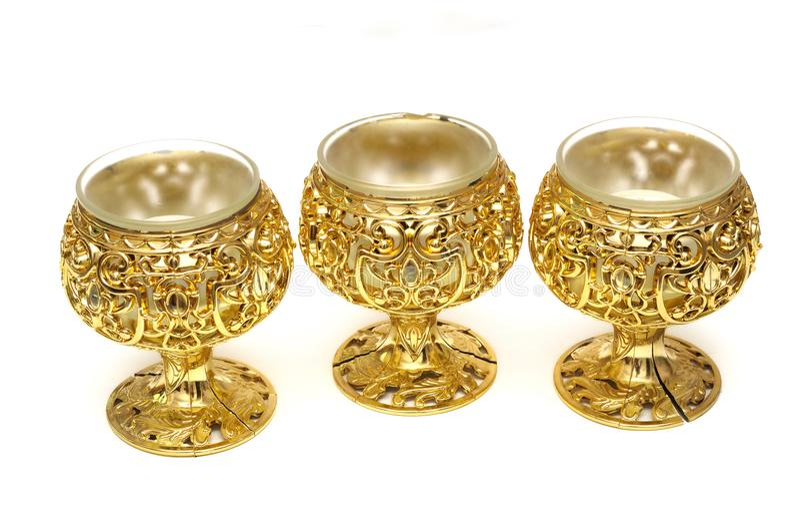 Drei goldene Schalen-Kerzenplastikhalter der farbigen Tabelle lizenzfreie stockfotografie