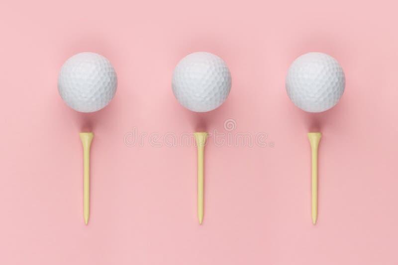 Drei Golfball und hölzernes T-Stück stockfotos
