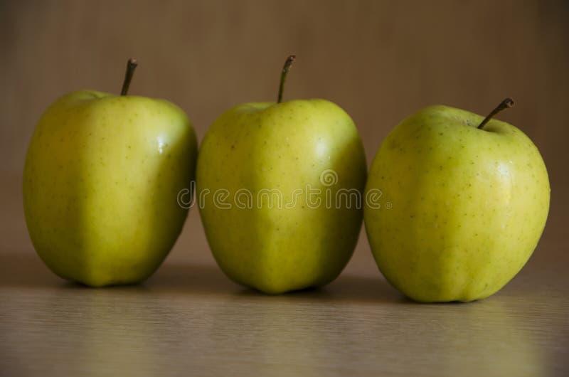 Drei grüne Äpfel lizenzfreie stockfotografie