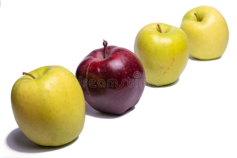 Drei grüne Äpfel und ein roter Apfel stockfoto
