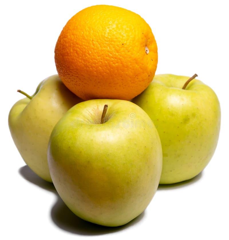 Drei grüne Äpfel und Orange lizenzfreies stockbild