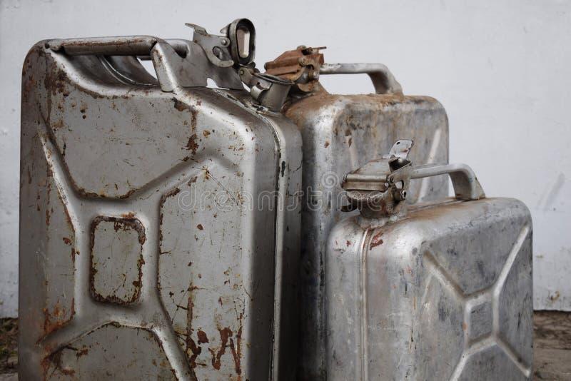 Drei graue Dosen mit Benzin oder Diesel, Metallfaß lizenzfreie stockfotografie