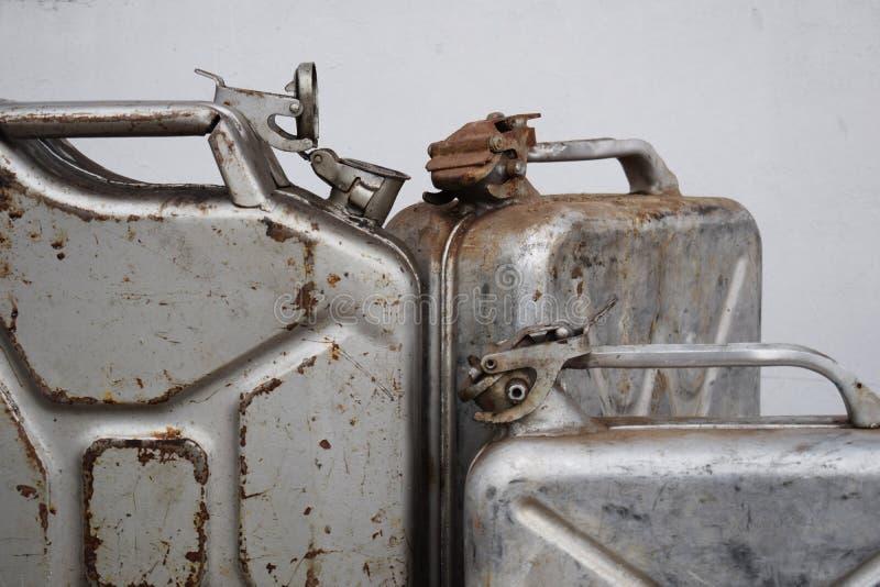 Drei graue Dosen mit Treibstoff oder Diesel, Metallfaß stockbild