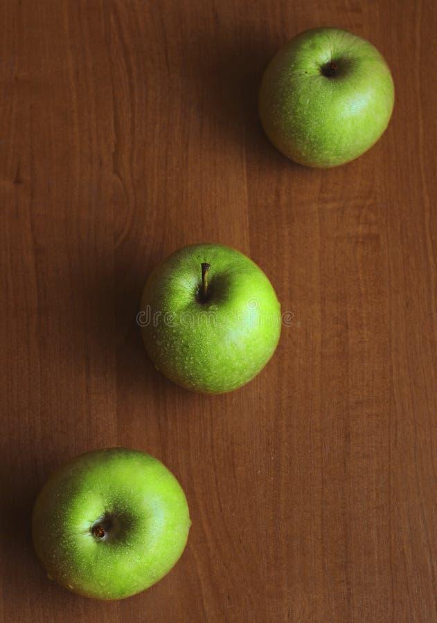 Drei große grüne Äpfel stockbilder