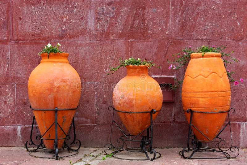 Drei großer Clay Jars With Flowers On die Stadt-Straße lizenzfreie stockfotos