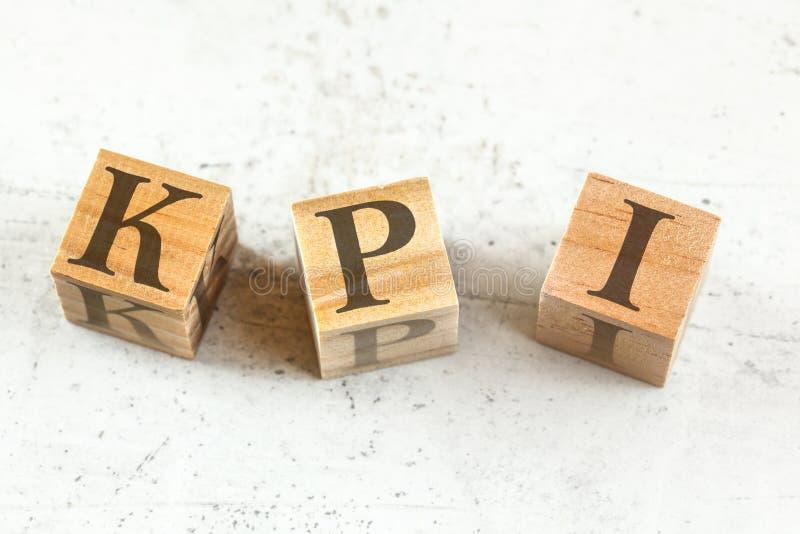 Drei hölzerne Würfel mit Buchstaben KPI steht für Schlüsselleistungsindikator auf weißem Brett stockfotografie