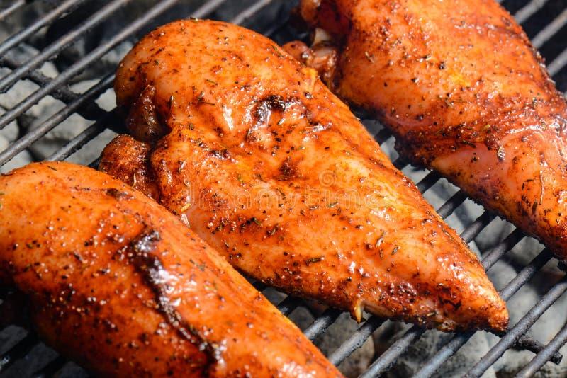 Drei Hühnerbrüste auf dem Grill stockfotografie