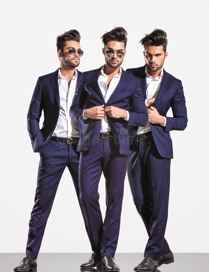 Drei Haltungen eines eleganten intelligenten zufälligen ModeGeschäftsmannes stockfoto
