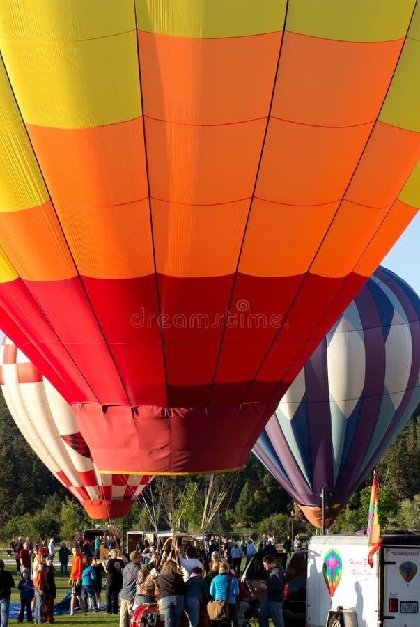 Drei Heißluft-Ballone und Masse an der Schlaufe Oregon lizenzfreie stockbilder