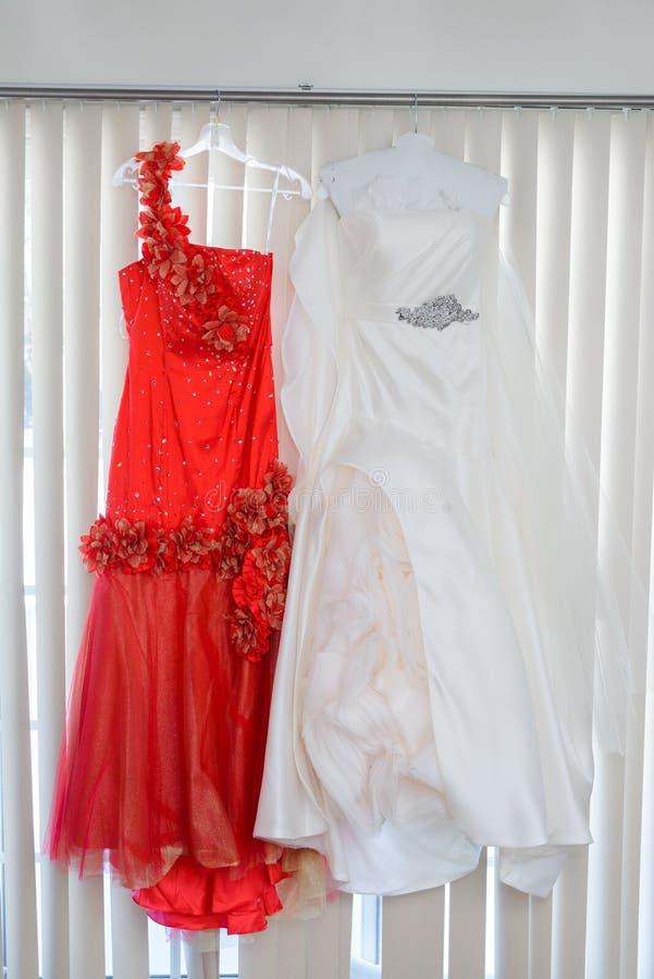 drei Heiratsblumensträuße, die von einer Braut und von ihren Brautjungfern gehalten werden lizenzfreies stockbild