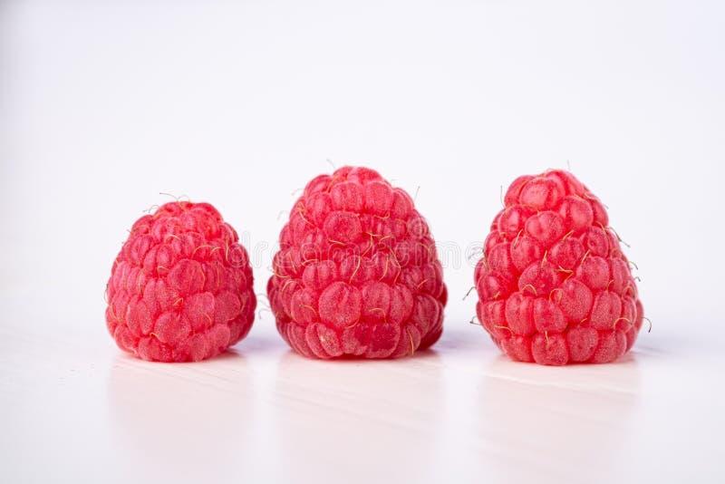 Drei Himbeergeschmackvoller Bonbon hell auf weißem Hintergrundkopien-Raummakro stockfotografie
