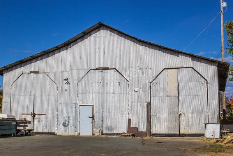 Drei hohe Türen am Eisenbahn-Wartungs-Yard-Gebäude stockbilder