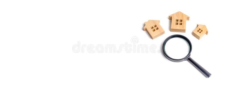 drei Holzhäuser auf einem weißen Hintergrund Immobilien, errichtende Neubauten, Büros und Häuser kaufen und verkaufend Lupe und R lizenzfreie stockfotos