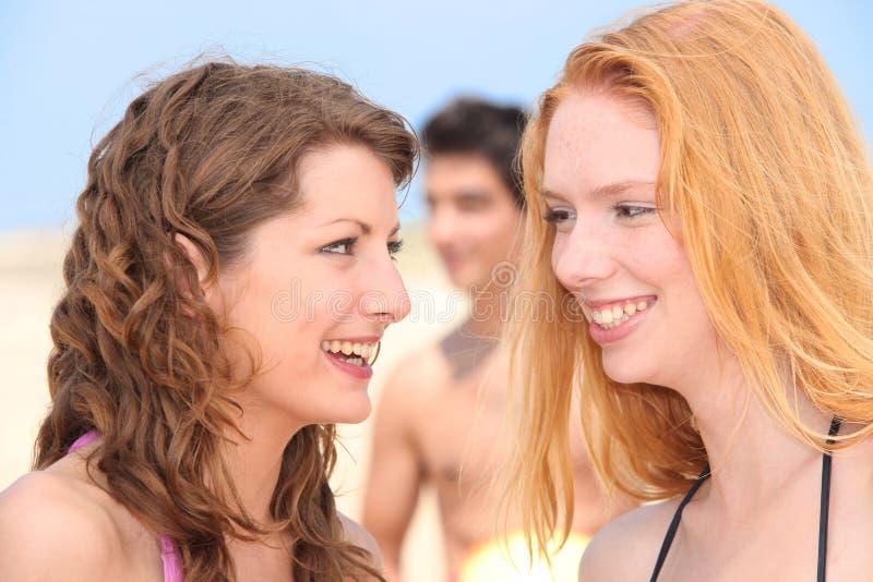 Drei Freunde in dem See stockfotos