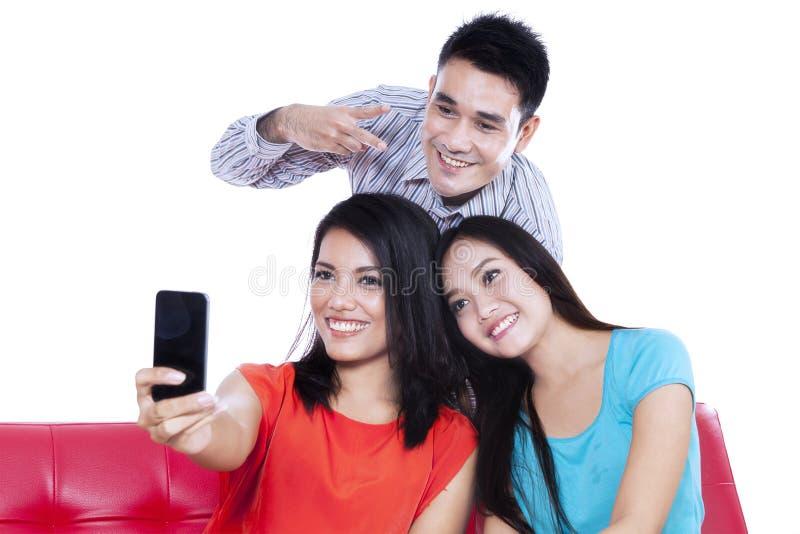 Drei Jugendliche machen ein Foto lizenzfreie stockbilder