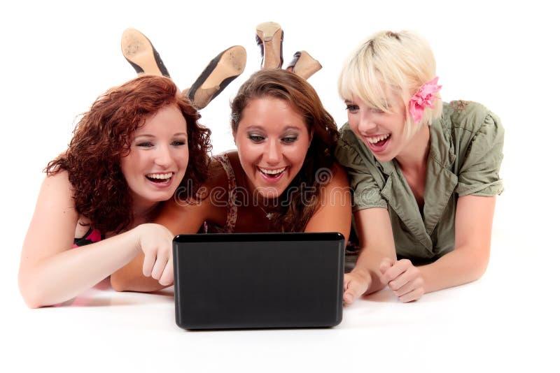 Drei junge attraktive Frauen stockfotografie