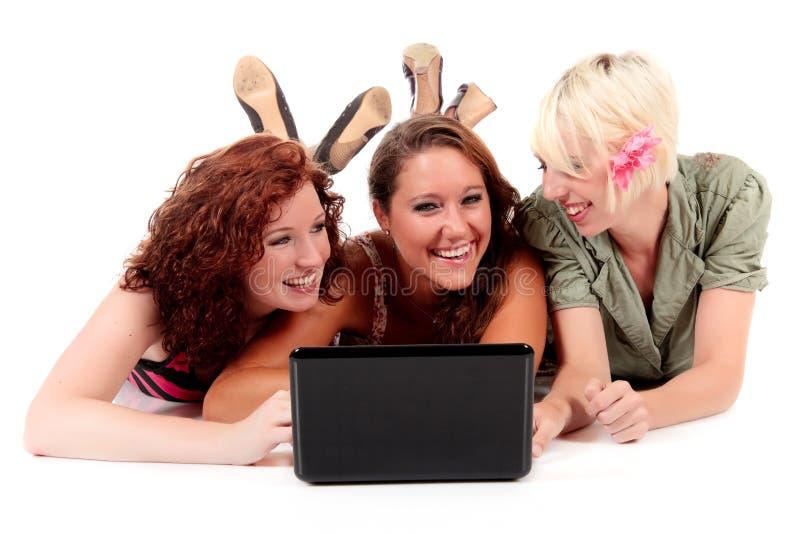Drei junge attraktive Frauen lizenzfreie stockfotos