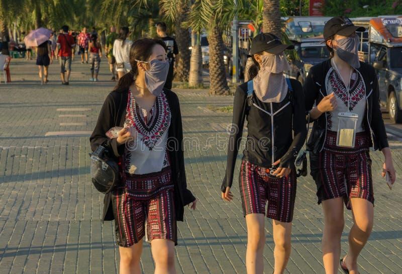 Drei junge Chinesinnen gingen herauf den Strand für einen kleinen Sightseeing-Tour lizenzfreies stockfoto