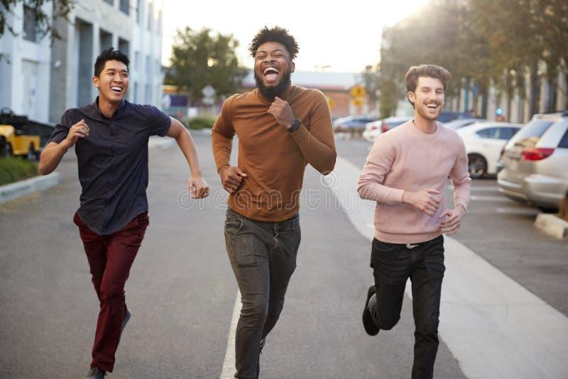 Drei junge Leute feiern Sexparty