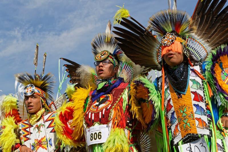 Drei junge fantastische Tänzer des 49. Jahrbuches vereinigten Stamm-Kriegsgefangen wow lizenzfreies stockfoto