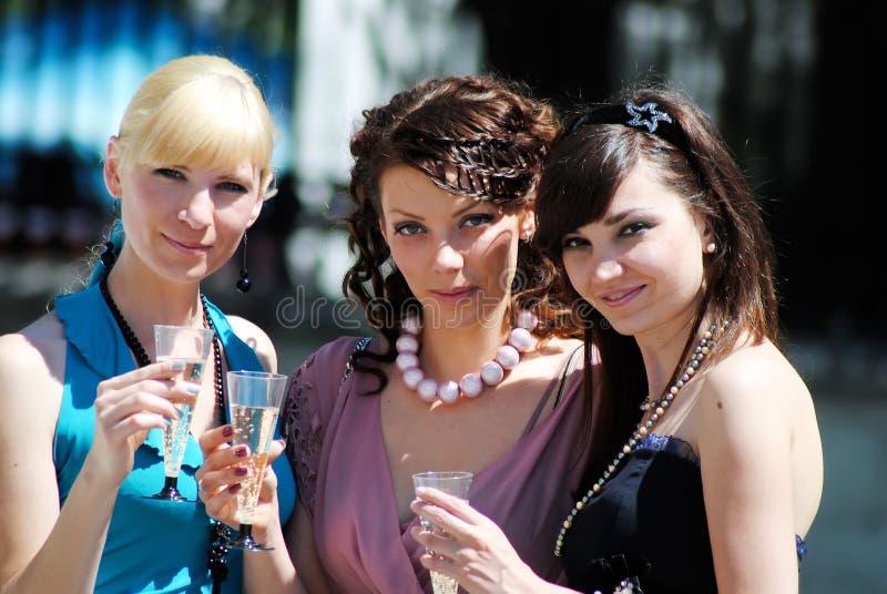 Drei junge Frauen stockfotos