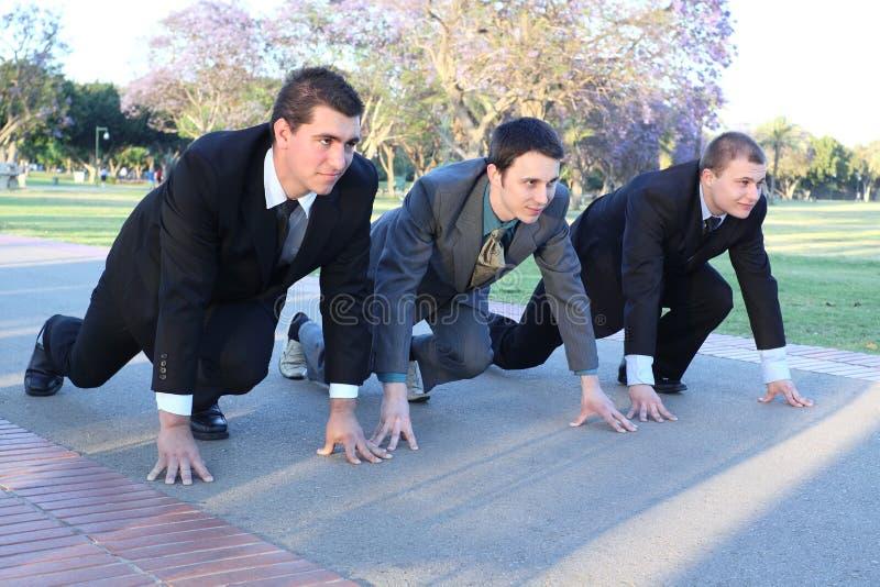 Drei junge Geschäftsmänner auf einem Anfang stockfoto