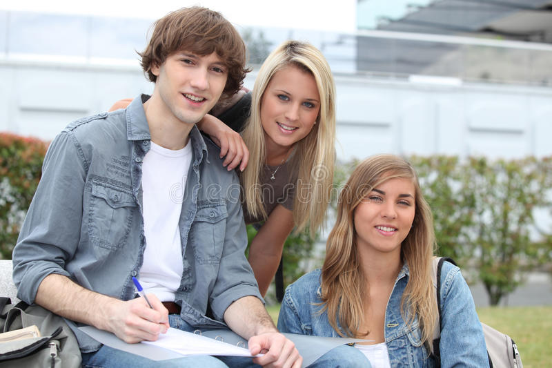 Drei junge Studenten stockfotos