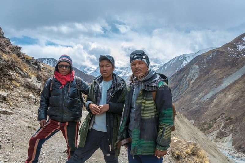 Drei junger Nepalese auf einem Gebirgspfad am 6. April 2018 auf einem t stockfotos