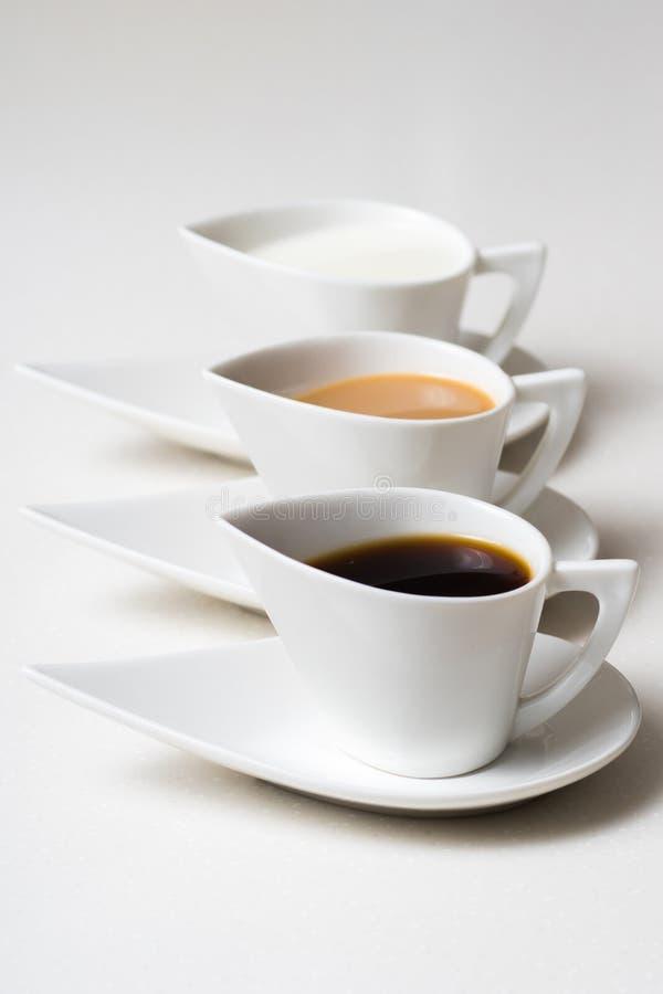 Drei Kaffeetassen auf weißer Steintabelle 2 stockfotografie