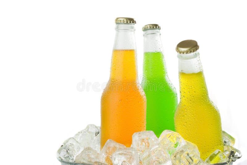 Drei kalte Getränke im Eis stockfoto. Bild von würfel - 11012812