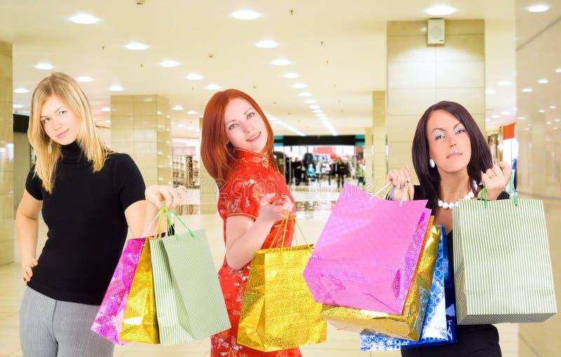 Drei kaufenfrauen stockbilder