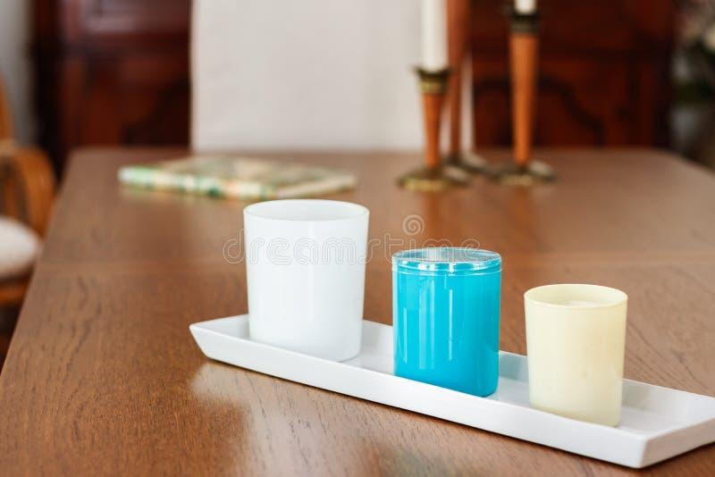 Drei Kerzen mit perfum auf einer dinning Tabelle stockbild