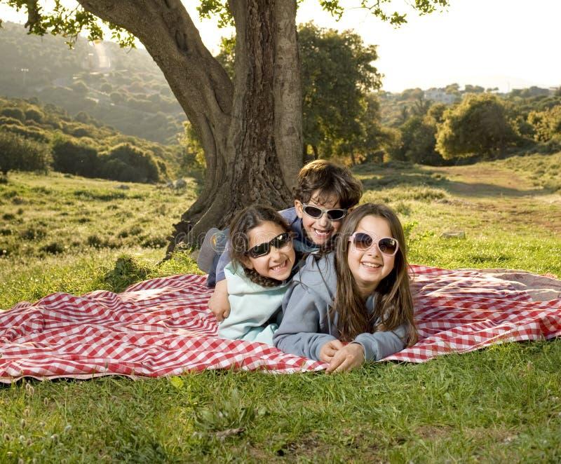 Drei Kinder, die Spaß haben lizenzfreies stockfoto