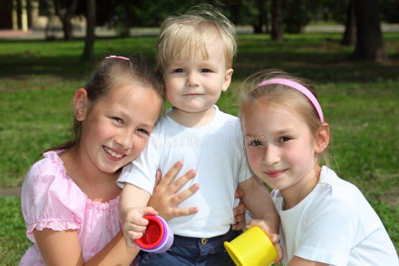 Drei Kinder im Park am Sommer stockfotos
