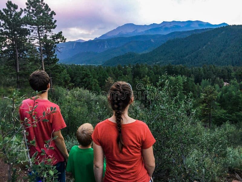 Drei Kinder mit Blick auf Pike`s Peak in Colorado lizenzfreie stockfotos