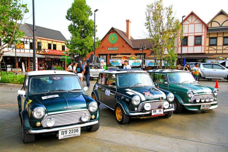 Drei klassische grüne Mini Austin Cooper geparkt im Mini-Gebirge 4 0 Festival mit Menschen und Vintage Heimuntergrund stockbilder