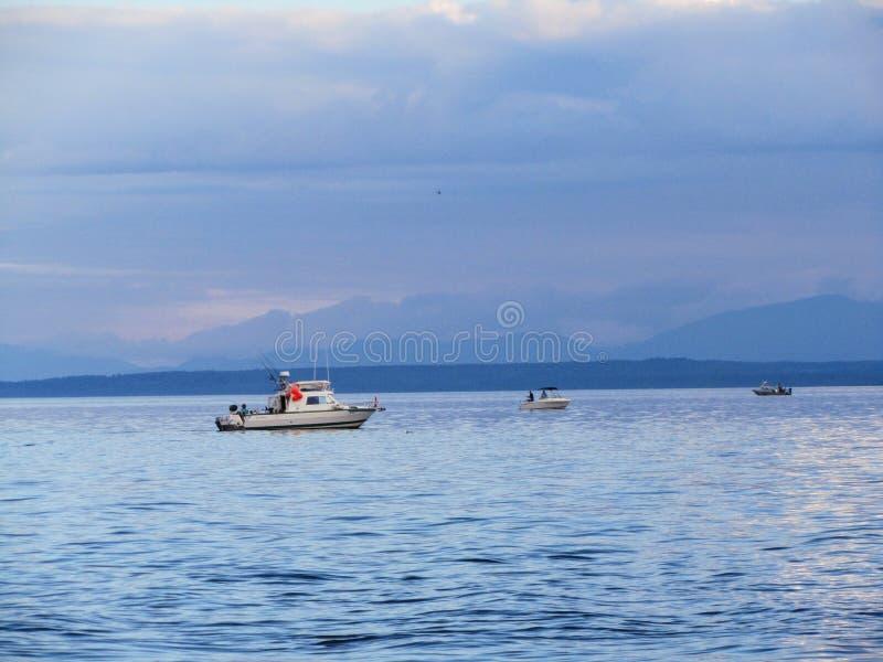 Drei kleine Fischerboote, die für Lachse auf der Küste von VA mit der Schleppangel fischen lizenzfreies stockfoto