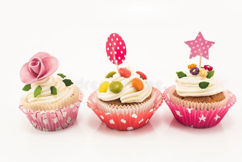 Drei kleine Kuchen auf einem weißen Hintergrund stockfotografie
