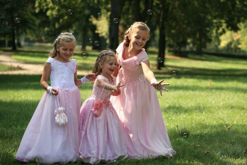 Drei kleine nette Brautjunfern mit Luftblase stockfoto