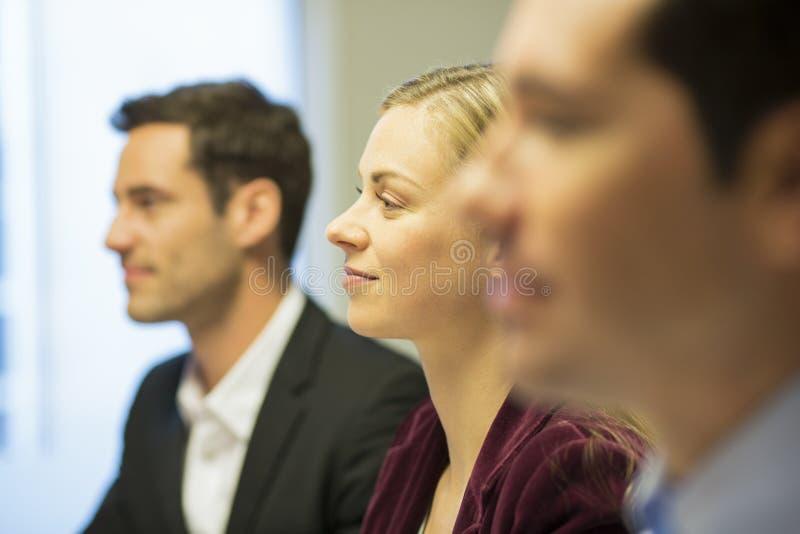 Drei Kollegen, die an bei einem Geschäftstreffen, Fokus recht sitzen stockfotos