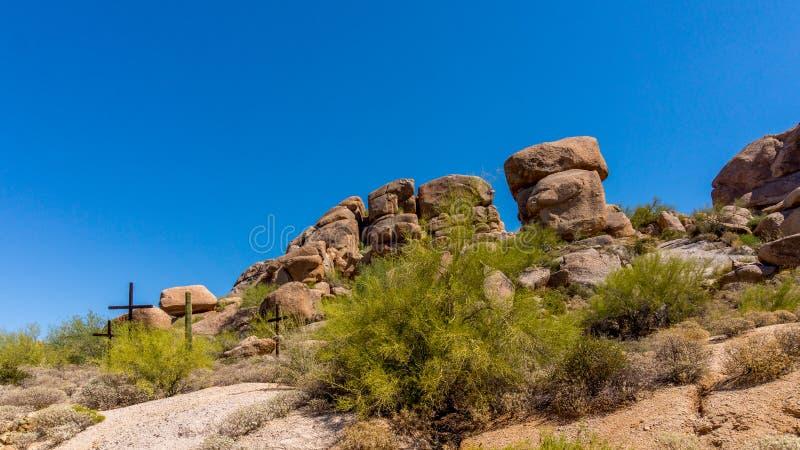 Drei Kreuze auf einem Abhang in der Arizona-Wüste lizenzfreie stockfotos