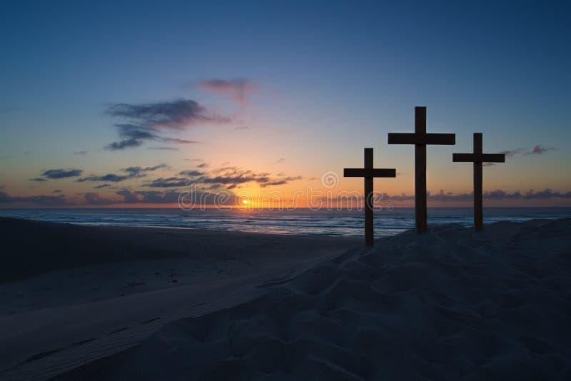 Drei Kreuze auf Sanddüne nahe bei dem Ozean mit einem bewölkten sunri stockbilder